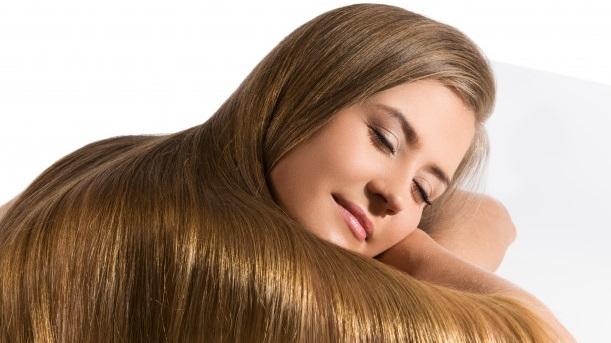 Cuidados naturales para el cabello rubio