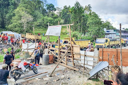 Massa Buka Palang Jalan Trans Jayapura-Wamena di Elelim