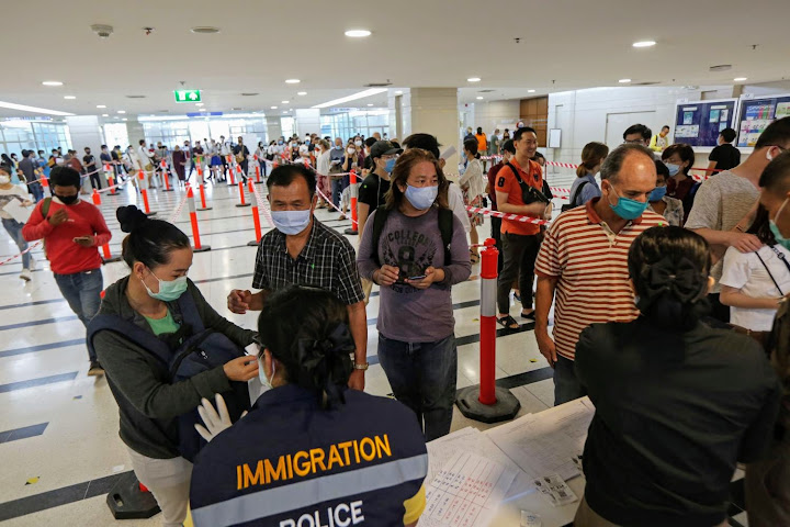 Застрявшим вТаиланде туристам грозит тюрьма идепортация после 26сентября