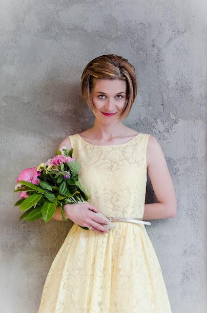 Novia con vestido midi amarillo