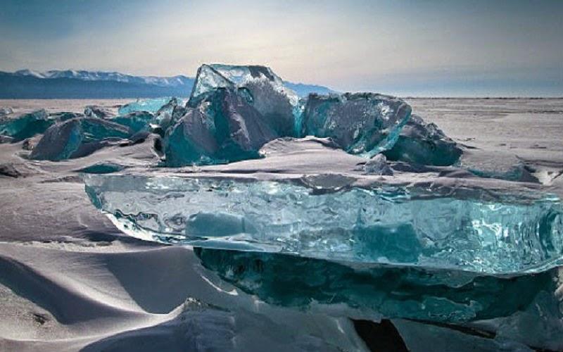 El lago Baikal es un lago de origen tectónico, localizado en la región sur de Siberia, Rusia, entre el óblast de Irkutsk en el noroeste y Buriatia en el sureste, cerca de la ciudad de Irkutsk. Su nombre deriva del tártaro Bai-Kul, «lago rico». También es conocido como el «Ojo azul de Siberia» o «La Perla de Asia».
