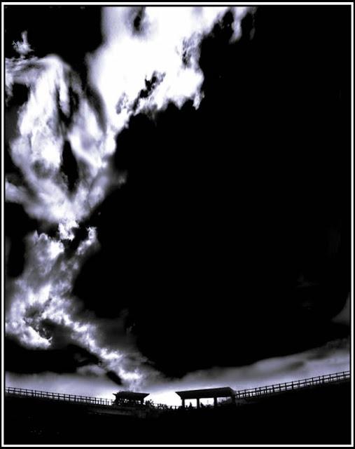 Nyanyian sang diam kembali merayap Merasuki, akhirnya beri jeda dalam senyap  Hancur rasa menusuk, namun hanya hadir Kepingan hasrat terserak, torehkan getir Menjelma menjadi luka batin tanpa kendali  Ketukan nada sang bisu kini terdengar Denyut emosi dan nadi cinta mulai menggelegar Harap jerat pelangi menyayat, Memberi riap pada potongan jiwa yang telah sesat akan gelap  Bubuhkan pahit pada rasa yang dikecap Tutur kata sang bijak terasa mendekat Menarik sadar, lelah mengembara di padang kemunafikan  Menyadari tinta kelam kembali tertumpah pada angan Ingin satu jawab, jujur yang harus terucap Walau tak kupungkiri, asaku tersayat tanpa mampu menyatu kembali…  Salam, gemuruh sepi langit putih ♥ Poetry L ♥   ~*♥ Permainan kelam ♥ *~