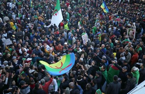 """آلاف المتظاهرين ينادون بـ""""جزائر جديدة"""" في الذكرى الثانية للحراك الشعبي"""