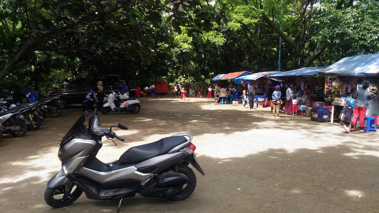 Lahan Parkir dan Lapak Pedagang Hutan Kota Srengseng