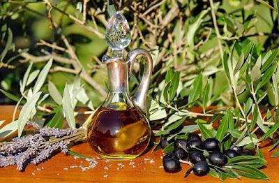 Seit Jahrtausenden ist Olivenöl qua eines der gesündesten Viktualien  überhaupt bekannt. Seine antioxidativen Eigenschaften beschirmen zuvor Erkrankungen, seine Fettsäuren sind ungleich zur Entfaltung einer Serie vonseiten körpereigenen Hormonen - die Olive gilt seit dem Zeitpunkt langem zu hinlänglich qua Vorzeichen vonseiten Macht, Reinheit ebenso Fruchtbarkeit. Übrigens: Auch qua Gleitmitel wird Olivenöl seither Urzeiten verwendet.