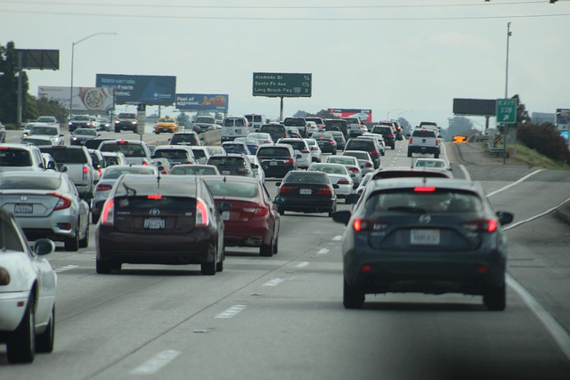 車で混雑している幹線道路