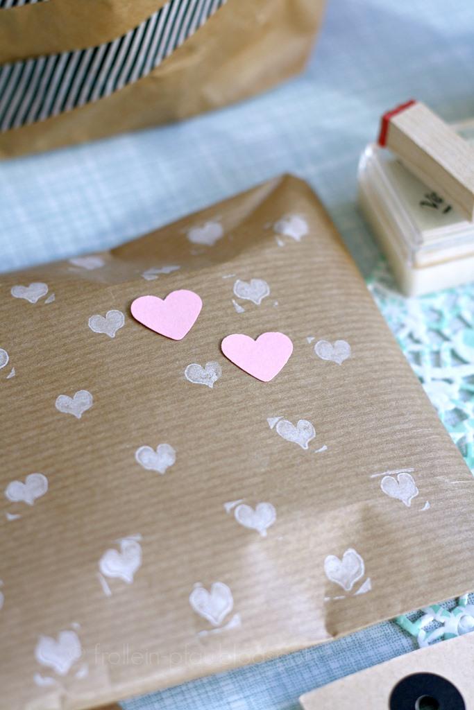 Bloggeraktion Mitmachaktion #12giftswithlove miss-red-fox Frollein Pfau, Geschenke kreativ verpacken mit Kraftpapier, DIY Geschenkeverpackungen, Buchstabenstempel, Geschenkpapier bestempeln, selbtsgemachtes Geschenkpapier