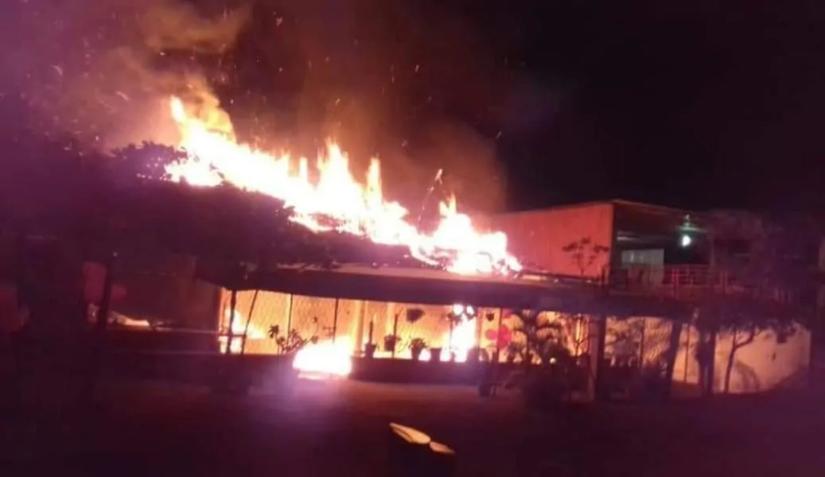 """Convoy de sicarios rafaguean y le prenden fuego a dos restaurantes de mariscos """"El Parroquín"""" en Veracruz"""