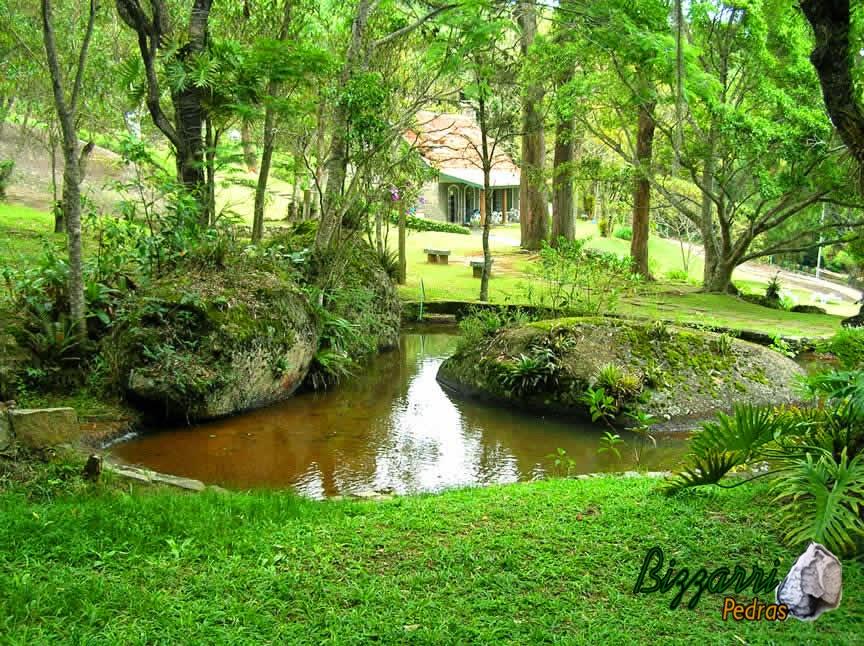 No percurso de rio, que sai do lago grande, a construção dos lagos menores com os muros de pedra rústica e a execução do paisagismo natural.