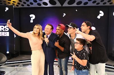O tradicional selfie de Raul Gil com os convidados (Crédito: Rodrigo Belentani)