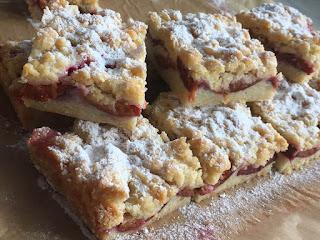 Ciasto kruche ze śliwkami i cukrem pudrem