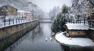 Στη Φλώρινα μόλις χιόνισε και είναι μαγικά – Παγωμένος ποταμός με πάπιες και ποδήλατα παντού