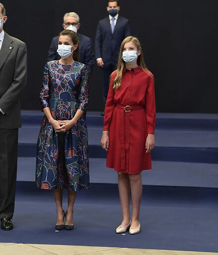 Queen Letizia wore a dress by Carolina Herrera. Crown Princess Leonor wore a print dress by Poeta. Infanta Sofia wore a red shirt dress by Mango