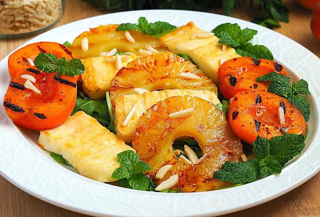 Sałatka z grillowanymi owocami i serem halloumi