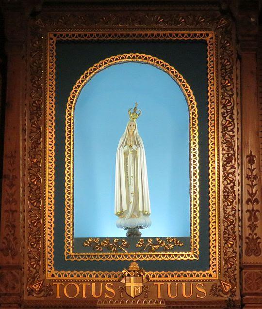 Figura Matki Bożej Fatimskiej w ołtarzu kaplicy.