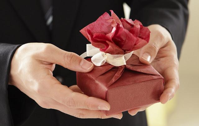 21 Jenis Hadiah Untuk Perempuan Yang Pasti Mereka Suka Untuk Tahun 2020