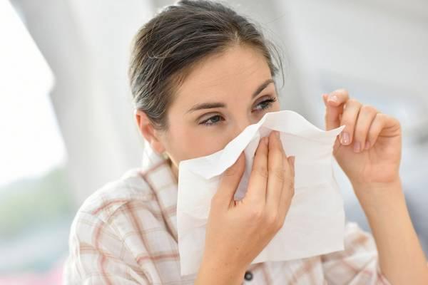 Rhume des foins : nez qui coule, éternuement