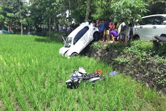 Dua kendaraan terjun ke sawah, satu orang meninggal
