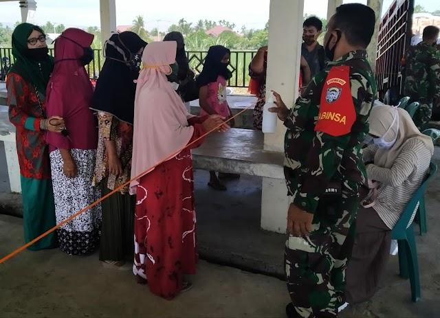 Babinsa Posramil  Kuala Laksanakan Pendampingan Kegiatan Pasar Murah