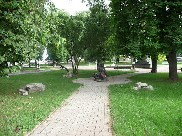 Суми. Сквер ім. Шевченка. Пам'ятний знак на честь студентського супротиву 2004 року