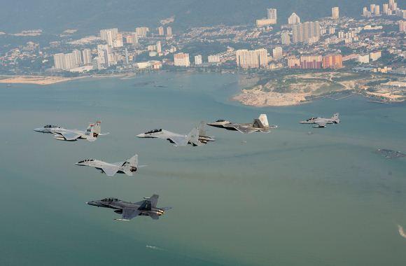 Su-30, F-22, F-15, MiG-29N, Hawk dan F/A-18 Terbang Bersama