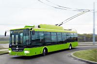 Yeşil renkli troleybüs ya da elektrikli otobüs