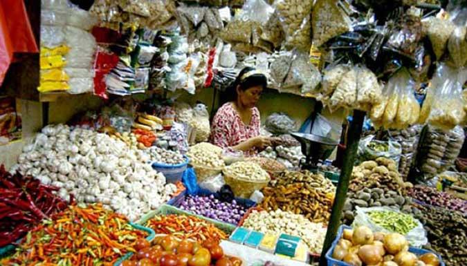 "Ambon, Malukupost.com - Agen pemasok berbagai jenis barang kebutuhan pokok dari Surabaya ke Ambon mengatakan hingga kini belum terjadi perubahan harga kebutuhan pokok di Kota Ambon dengan adanya kenaikan harga sewa kontainer oleh kapal-kapal dari PT.Pelayaran.  ""Mulai bulan ini sudah terjadi perubahan harga sewa kontainer dari Surabaya menuju Ambon, namun belum berdampak terhadap harga-harga kebutuhan pokok di Kota Ambon,"" kata seorang agen pemasok barang-barang kebutuhan pokok, Inang, Sabtu (30/9)."