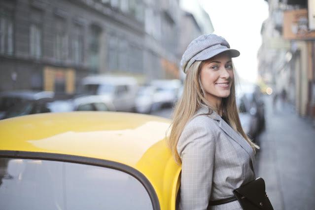 Frau_vor_gelben_Taxi