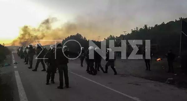 Ζωντανή εικόνα: Οδομαχίες και χημικά στη Λέσβο - Έκλεισαν δρόμους με κορμούς δέντρων στη Χίο