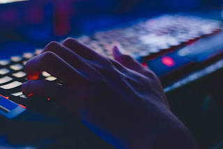 Gambar Seseorang Sedang Mengetik di Keyboard Komputer