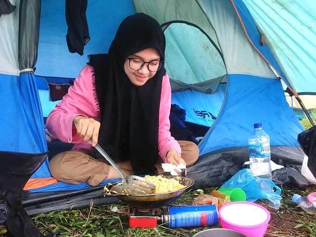 Pendaki wanita koki gunung - foto instagram kopi_senja_