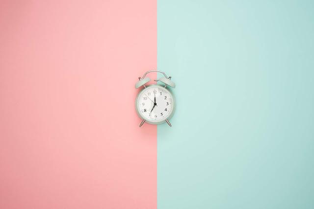 réveil sur fond rose et bleu