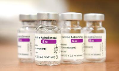 A foto mostra a foto da vacina AstraZeneca. Frasco com 5 ml de vacina contra o vírus da COVID-19