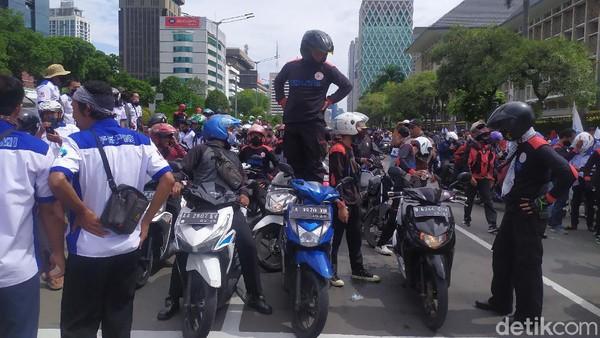 Konvoi Massa Buruh Bermotor Merapat ke Patung Kuda