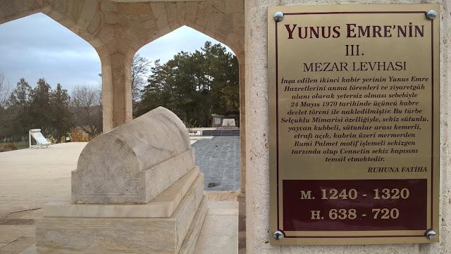 Yunus Emre'nin Anıt kabri ve hemen arkasında görünen ikinci kabri...
