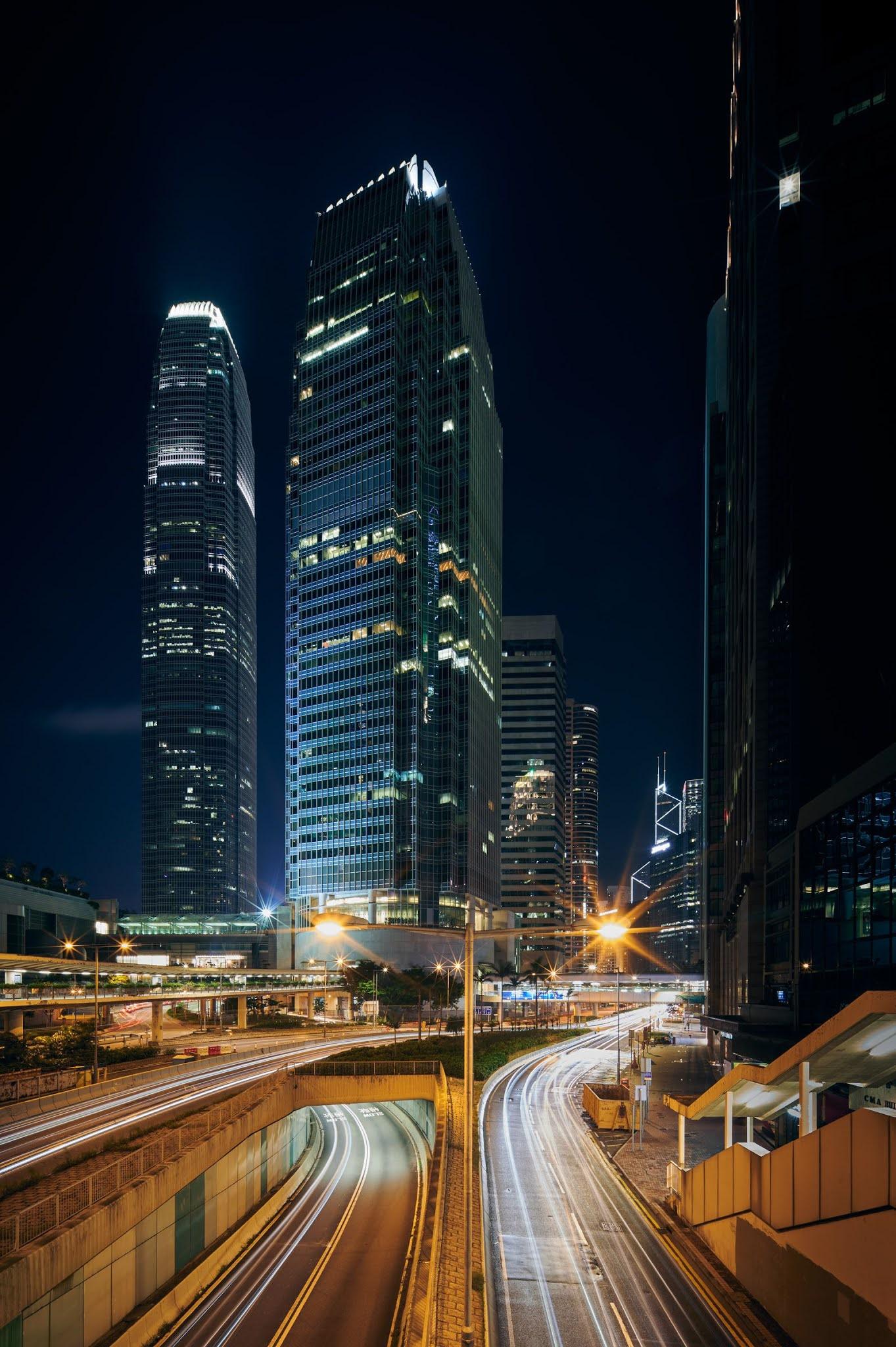 Многоэтажные здания ночью