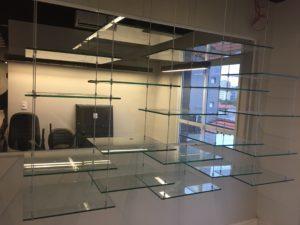 foto de Prateleira de vidro suspensa por cabo de aço