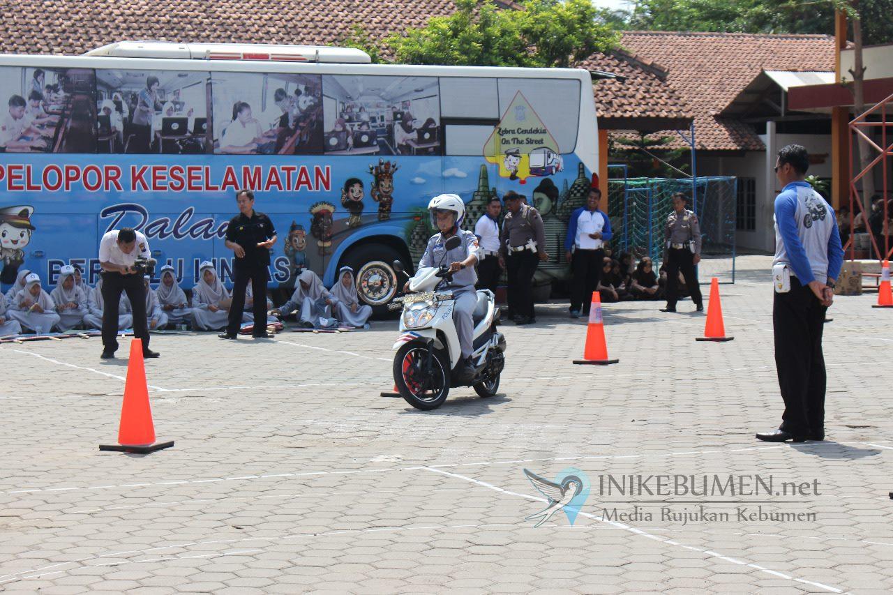 Ditlantas Polda Jateng Road Show Bus Zebra Cendekia di SMK Negeri Ambal