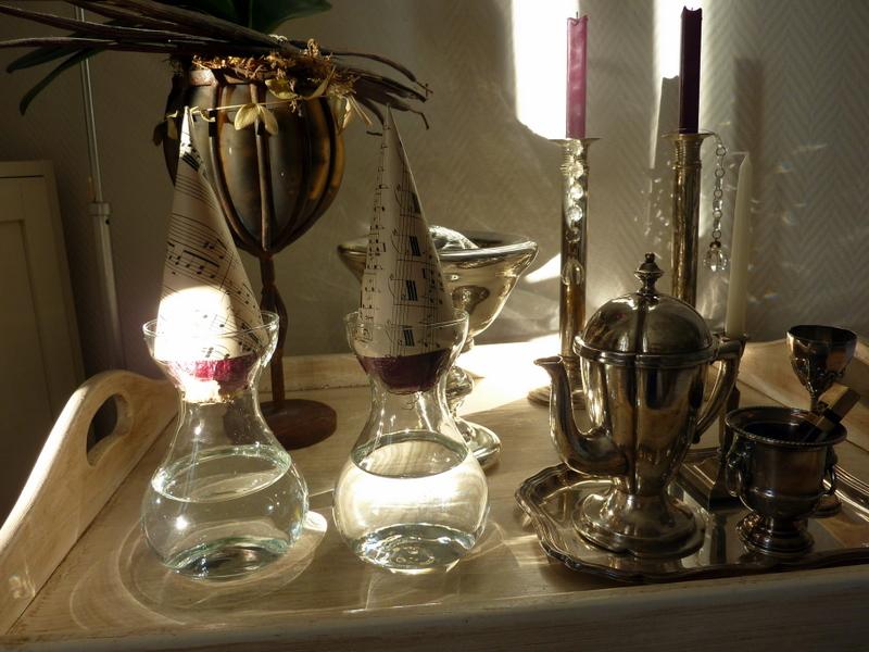 frau wundert tchen hyazinthen im glas. Black Bedroom Furniture Sets. Home Design Ideas