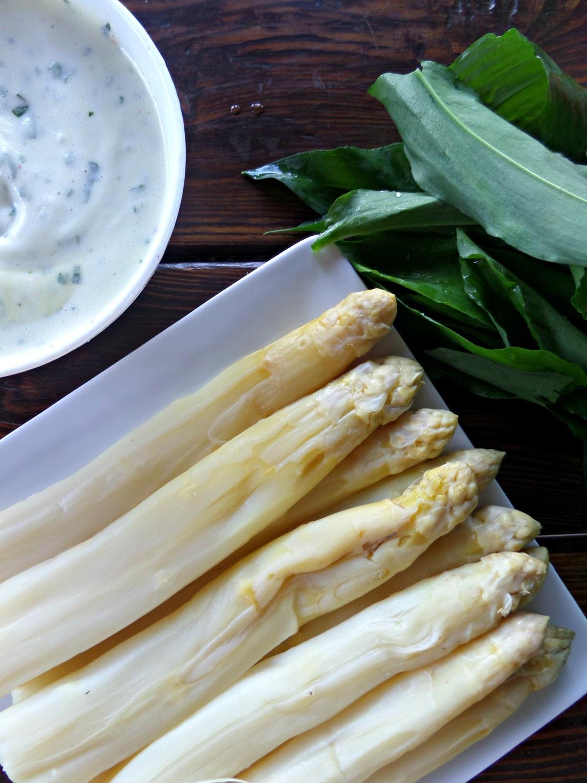 White asparagus and wild garlic mousseline sauce - L ail de l ours ...