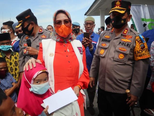 DR Henny Ikhwan M.Pd Serahkan Bantuan Ke Nelayan Usai Tanda Tangan MoU, KSJ Dengan MIO Dan HNSI