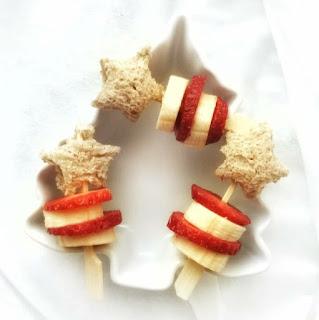 Una estrella de pan marrón con cola de plátano y fresa