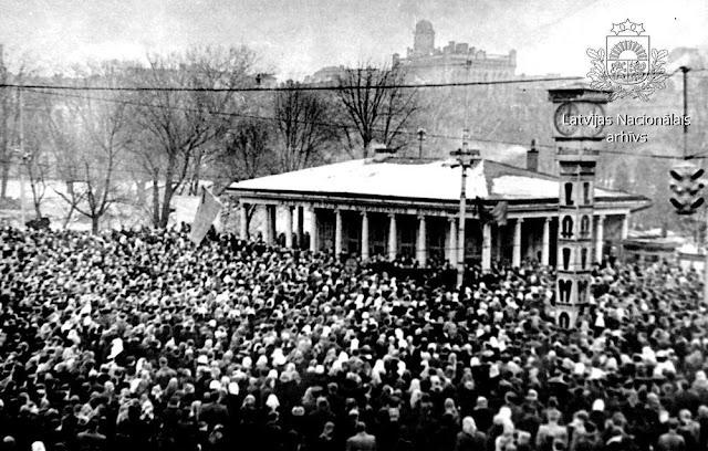 9 марта 1953 года. Рига. Перекресток улицы Ленина и бульвара Падомью. Люди собрались на траурный митинг после смерти И.В. Сталина (автор фото: Juris Krieviņš)