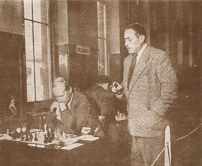 Marcel Berman, vicepresidente de la FIDE, siguiendo la partida del noruego Schjelderup-Ebbe en el II Campeonato Mundial Universitario de Ajedrez Lyon 1955