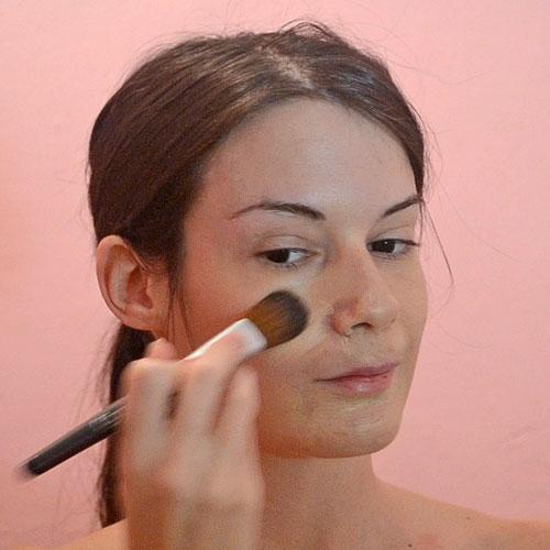 Aplicar base de maquillaje para disfraz de espantapájaros