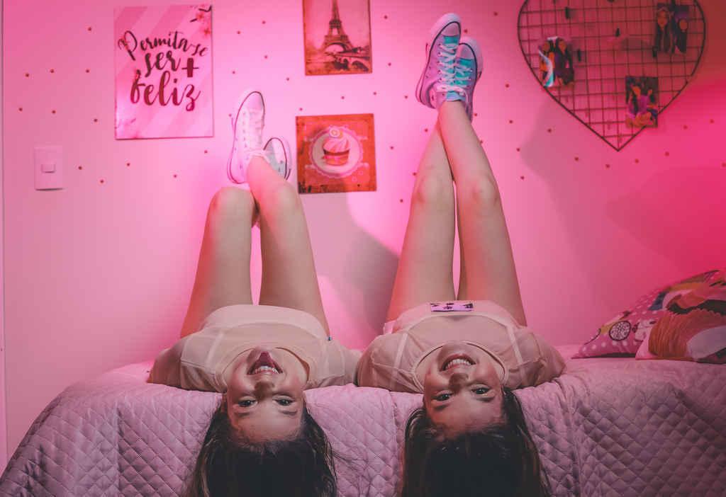 """Conhecidas por interpretarem as gêmeas de Poliana, novela do SBT, Mily e Mary Oliveira estão investindo na carreira de cantoras e acabaram de lançar a música """"Joia Rara"""", quarta música do duo. A faixa veio acompanhada de um videoclipe e fala sobre temas do primeiro amor e as formas de amar."""