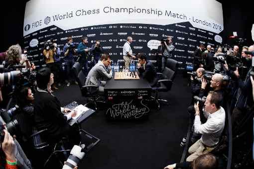 Les deux joueurs d'échecs sous le feu des caméras et des appareils photo - Photo © site officiel