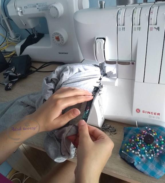 Obszywanie dekoltu w bluzce materiałem ze spódniczki - Adzik tworzy