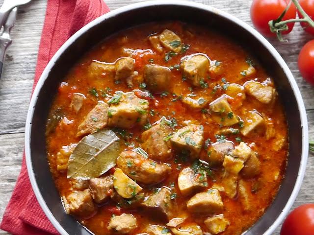 Pikantny gulasz pomidorowy z karczku - Czytaj więcej »