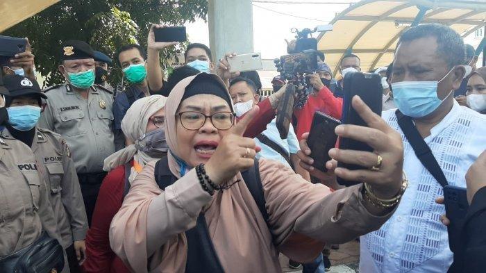 Gak Terima Dibubarkan Secara Paksa, Barisan Emak-emak Simpatisan HRS Ancam Polwan: Kamu Saya Tuntut Yaa!